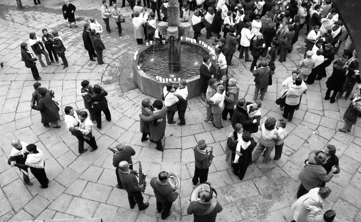 Baile junto a la fuente. 2007. Manuel V. FS
